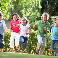 W co bawić się z dzieckiem na dworze?